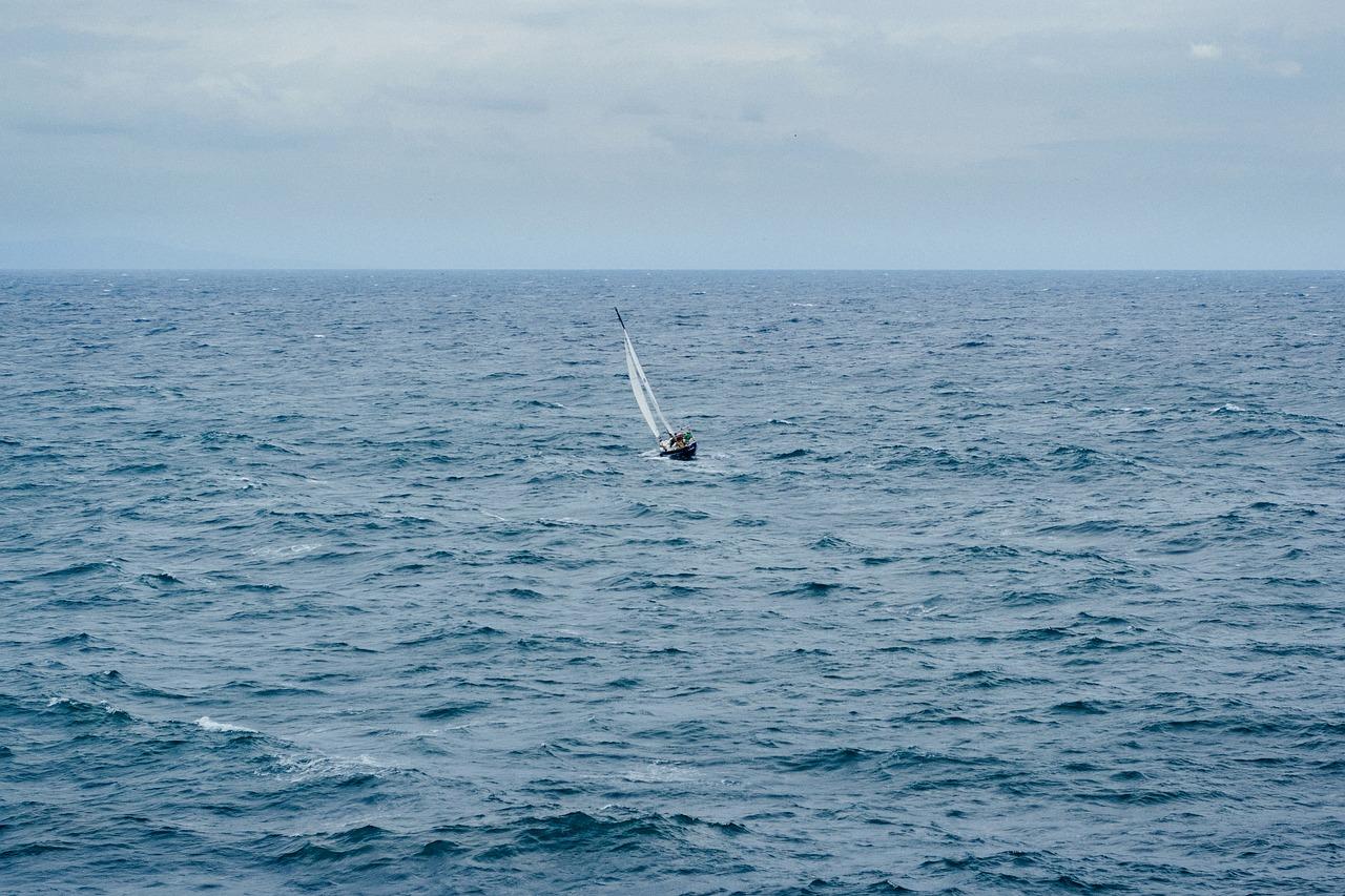 voilier au milieu de l'océan